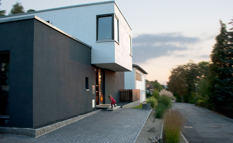 neubau eines einfamilienhauses mit carport archi viva architekten. Black Bedroom Furniture Sets. Home Design Ideas